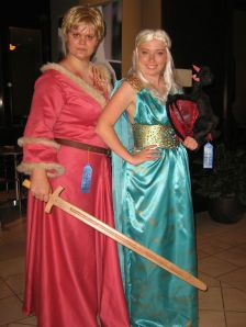 cosplayers (Brienne and Daenerys